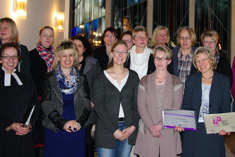 Freuen sich über die Siegelverleihung: Anke Timmermann (r.) und ihr Team