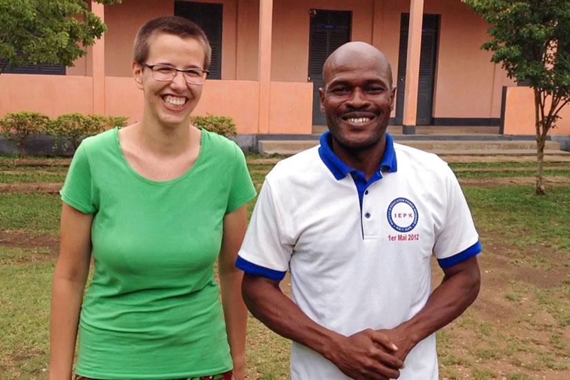 """Geeske Martens mit dem Togoer Félix Palouki bei Aufnahmen zum """"Wort zum Mittwoch"""" (s. Filmbeitrag am Ende des Artikels)"""